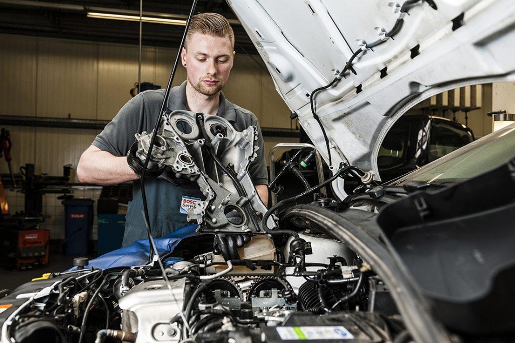 Bosch Car Service mechanic at work